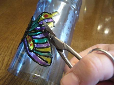 6) Для изготовления туловища нам понадобятся...  4) После того как все краски высохли вырезаем нашу бабочку.